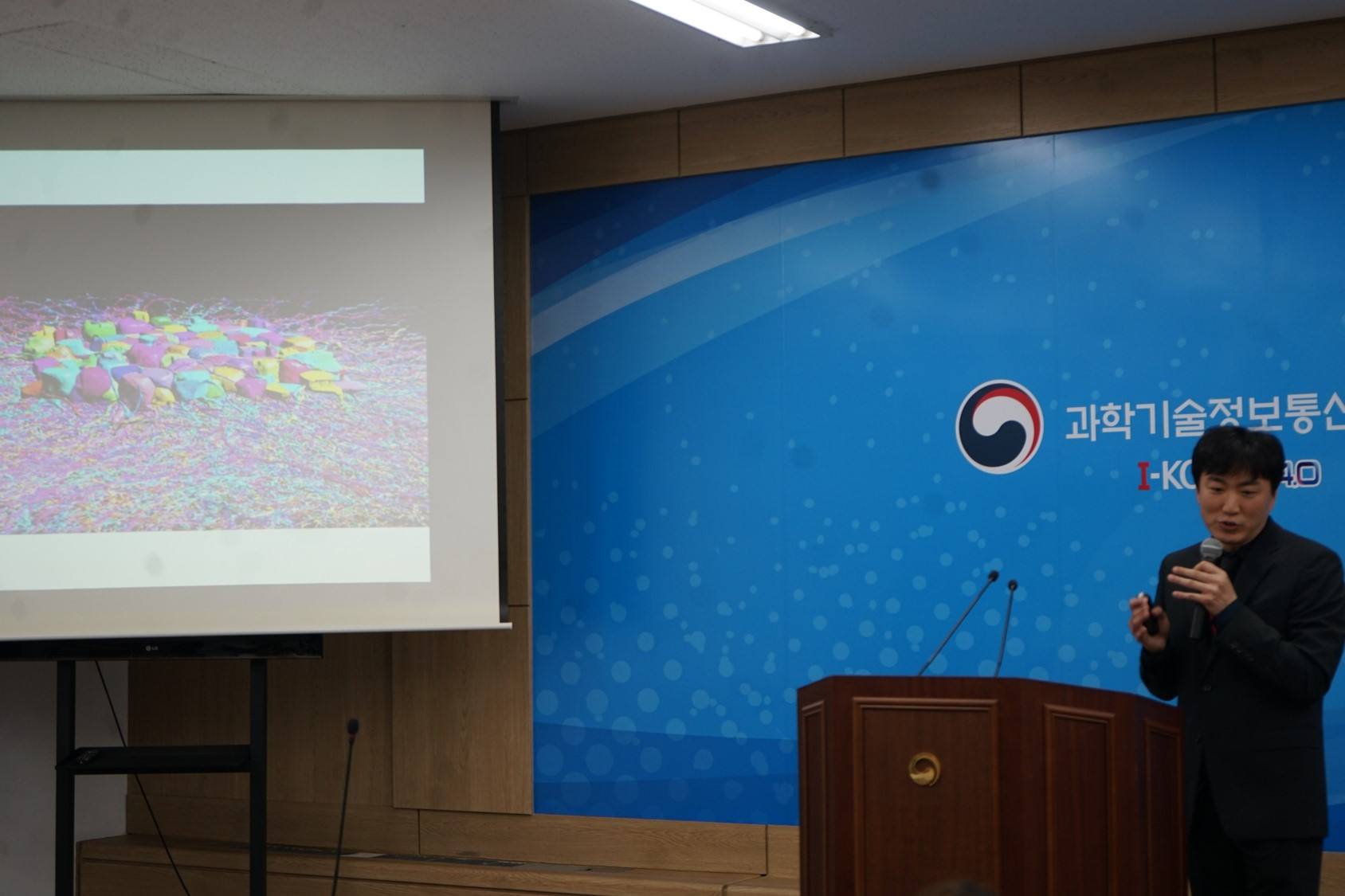 Dr. Jinseop, Kim brifed the press at the Ministry of Science and ICT.